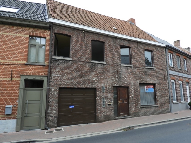 Grote woning met garage, 4 slpks en groot terras te Aarsele – VERKOCHT