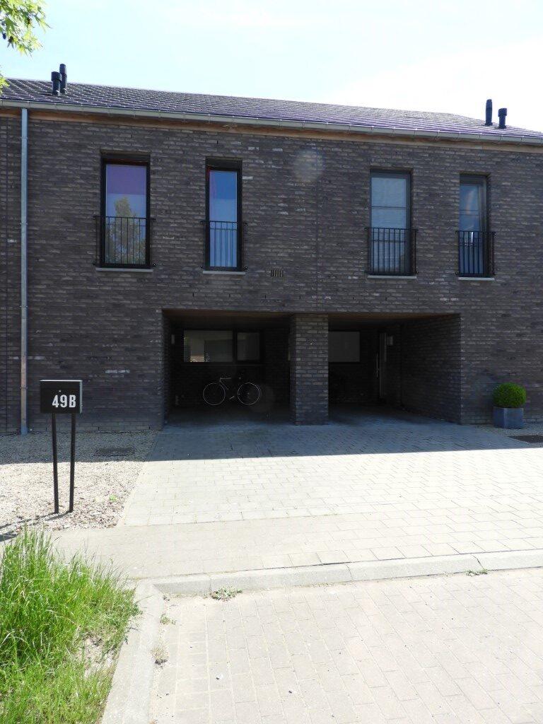 Moderne gesloten woning met 3 slaapkamers, tuin en carport